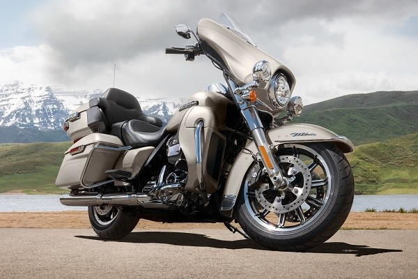 https://di-uploads-development.dealerinspire.com/avalancheharleydavidson/uploads/2017/08/001-electra-glide-ultra-classic-gallery-1.jpg