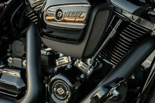 https://di-uploads-development.dealerinspire.com/avalancheharleydavidson/uploads/2017/08/001-kf1-blacked-out-milwaukee-eight-v-twin-engine.jpg