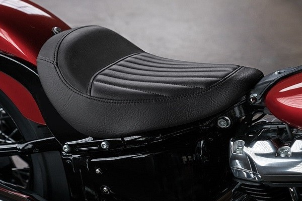 https://di-uploads-development.dealerinspire.com/avalancheharleydavidson/uploads/2017/08/002-kf2-low-tuck-and-roll-seat.jpg