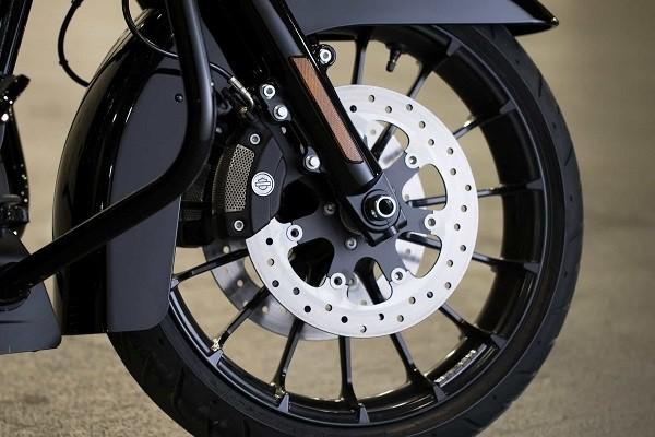 https://di-uploads-development.dealerinspire.com/avalancheharleydavidson/uploads/2017/08/003-kf3-blacked-out-cast-aluminum-wheels.jpg