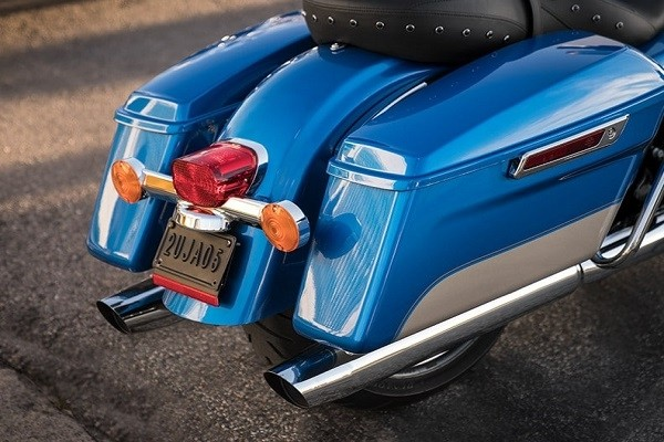 https://di-uploads-development.dealerinspire.com/avalancheharleydavidson/uploads/2017/08/005-kf5-one-touch-saddlebags.jpg