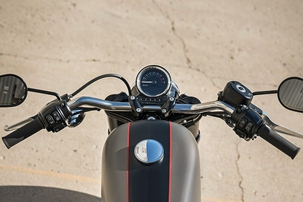 https://di-uploads-development.dealerinspire.com/avalancheharleydavidson/uploads/2017/08/kf3-roadster-slammed-handlebars-new-gauge.jpg
