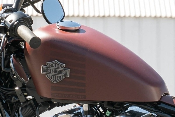 https://di-uploads-development.dealerinspire.com/avalancheharleydavidson/uploads/2017/08/kf7-forty-eight-iconic-2-1-gallon-fuel-tank.jpg
