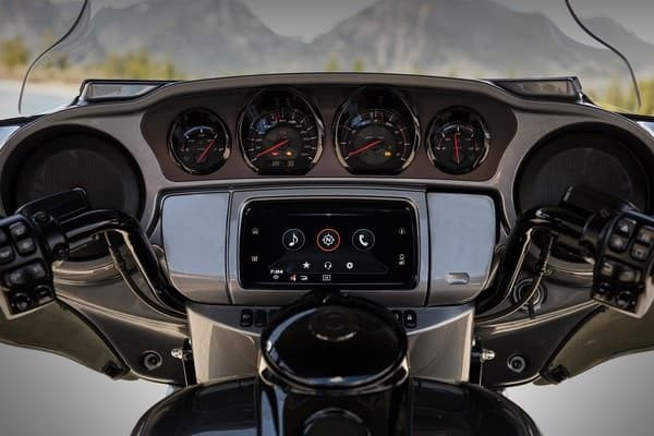https://di-uploads-development.dealerinspire.com/avalancheharleydavidson/uploads/2018/08/19-cvo-cvo-limited-boom-box-gts-infotainment-system-k2.jpg