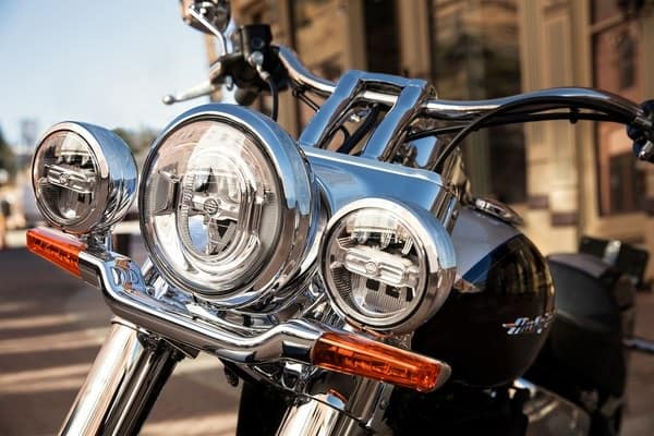 https://di-uploads-development.dealerinspire.com/avalancheharleydavidson/uploads/2018/08/19-softail-deluxe-retro-modern-styled-led-lighting-k4.jpg