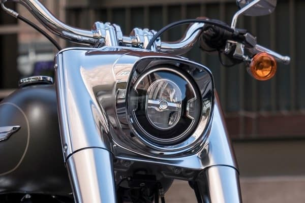 https://di-uploads-development.dealerinspire.com/avalancheharleydavidson/uploads/2018/08/19-softail-fat-boy-signature-led-forward-lighting-k4.jpg