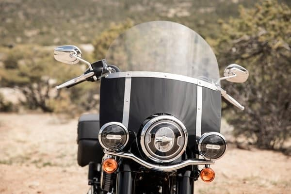 https://di-uploads-development.dealerinspire.com/avalancheharleydavidson/uploads/2018/08/19-softail-heritage-classic-detachable-windscreen-k6.jpg