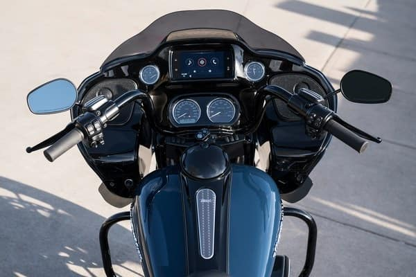 https://di-uploads-development.dealerinspire.com/avalancheharleydavidson/uploads/2018/08/19-touring-road-glide-special-boom-box-gts-infotainment-k5.jpg