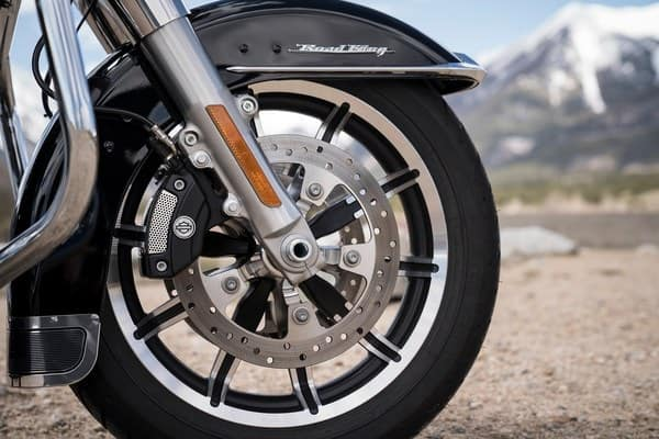 https://di-uploads-development.dealerinspire.com/avalancheharleydavidson/uploads/2018/08/19-touring-road-king-reflex-linked-brembo-brakes-with-optional-abs-k6.jpg