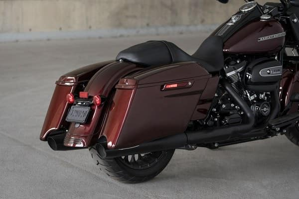 https://di-uploads-development.dealerinspire.com/avalancheharleydavidson/uploads/2018/08/19-touring-road-king-special-stretched-saddlebags-k4.jpg
