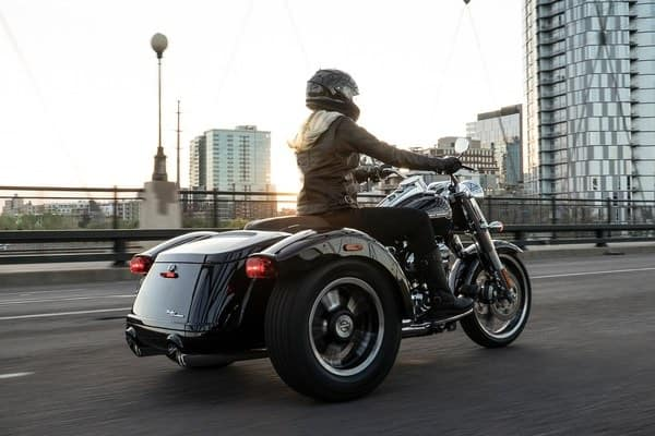 https://di-uploads-development.dealerinspire.com/avalancheharleydavidson/uploads/2018/08/19-trike-freewheeler-responsive-front-and-rear-suspension-k3.jpg