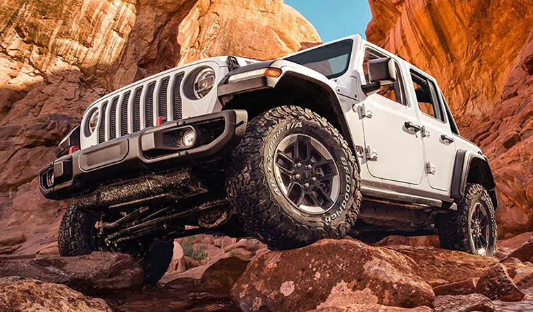 Jeep-going-over-boulders