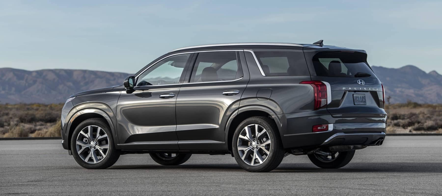 2020-hyundai-palisade-parked-with-a-mountain-in-the-background-1800x800
