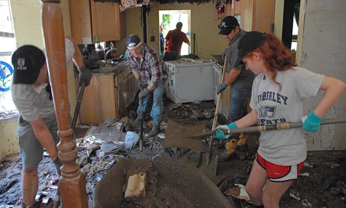 Texas_Flood_volunteers-b