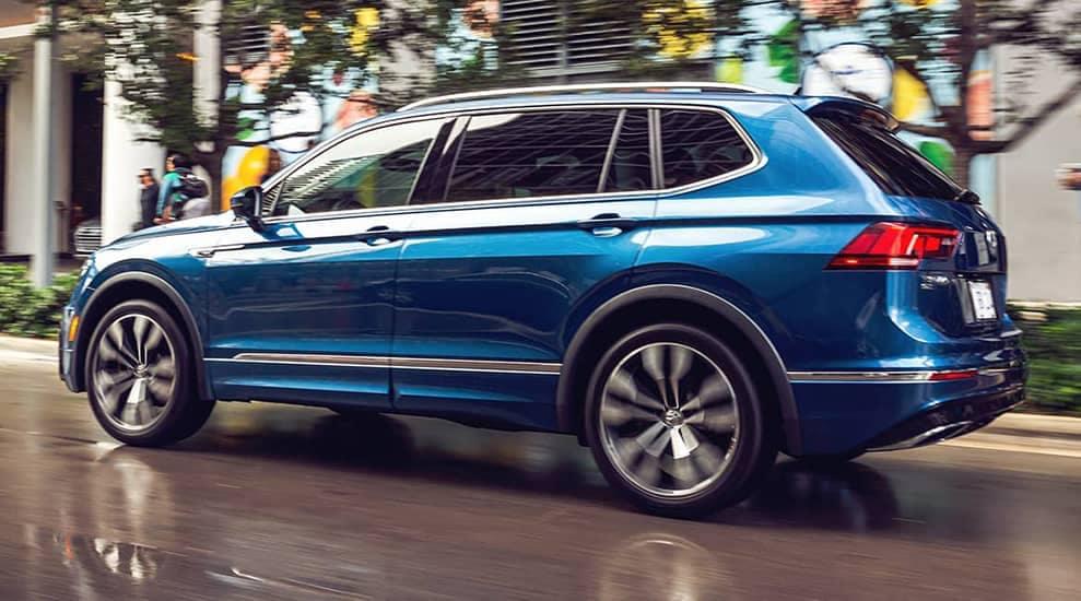 2021 Tiguan SEL Premium R-Line, Rear, Running Footage, in Silk Blue