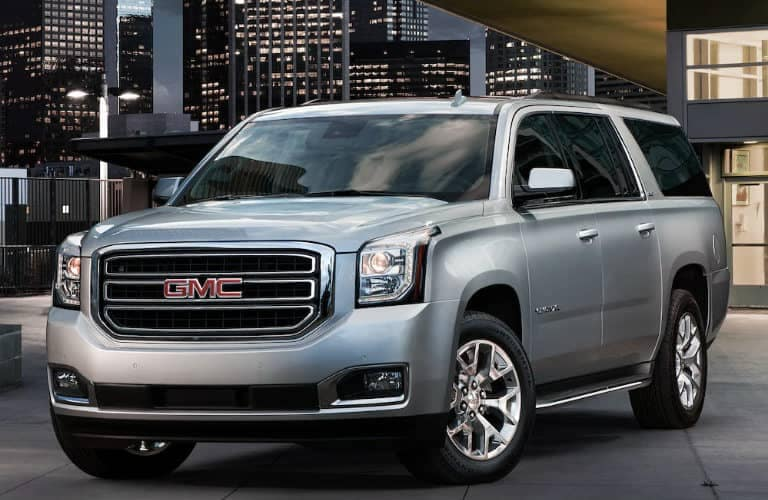 2019_GMC_Yukon_XL_with_city_in_the_background_o