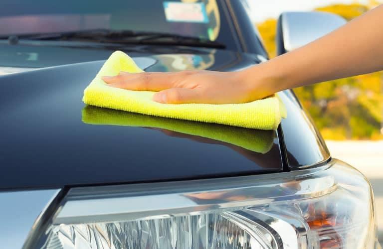 closeup_of_hand_washing_car_768x500_b
